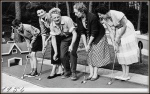 vintage femmes jouent mini golf